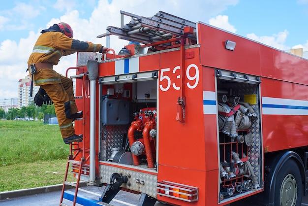 Vigile del fuoco giù dal camion dei pompieri sulle scale