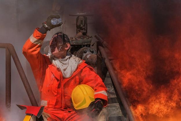 I vigili del fuoco estinguono il calore con acqua naturale.