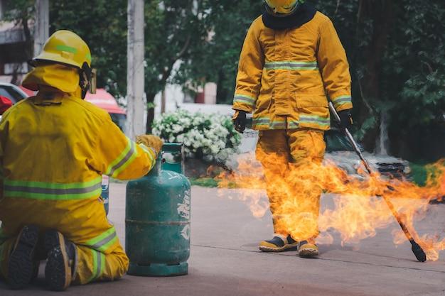 Vigili del fuoco che combattono il fuoco durante l'addestramento e introduzione alle raccomandazioni del personale dell'ufficio