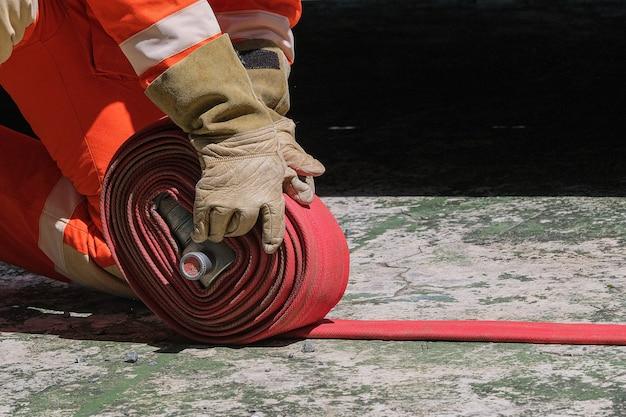 Vigili del fuoco e scuola di formazione antincendio e di salvataggio delle manichette antincendio regolarmente per prepararsi