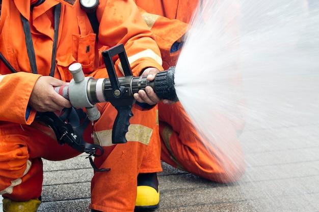 I vigili del fuoco spruzzano acqua