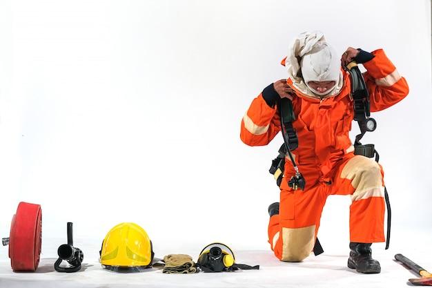 Pompieri che indossano abbigliamento antincendio su uno sfondo bianco e aiuta a prevenire il fuoco