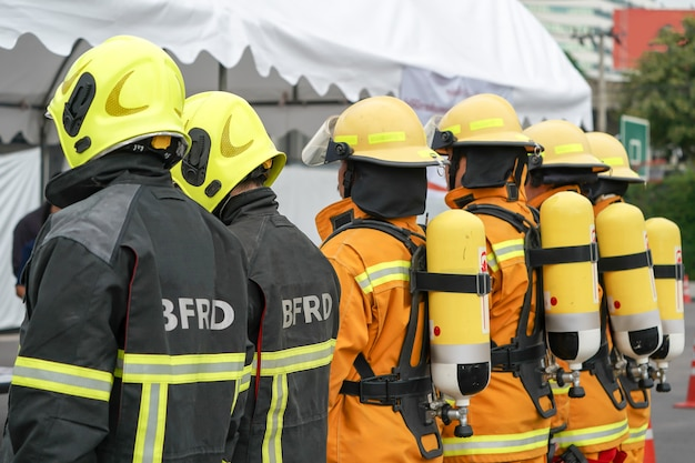 Vigile del fuoco in servizio con la loro uniforme gialla.