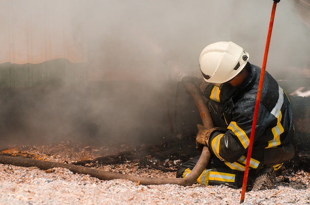 Il pompiere spegne il fuoco