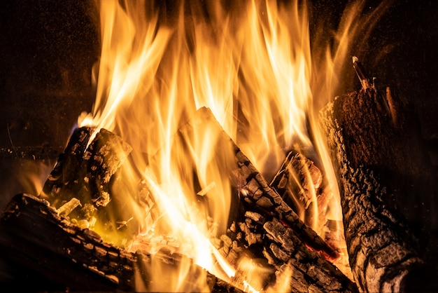 Fiamma ardente del camino, primo piano del fuoco