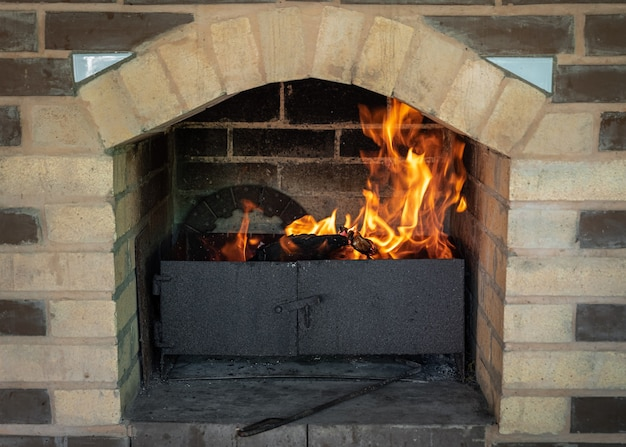 Griglia per camino flame fire barbecue a carbone caldo con carboni ardenti.