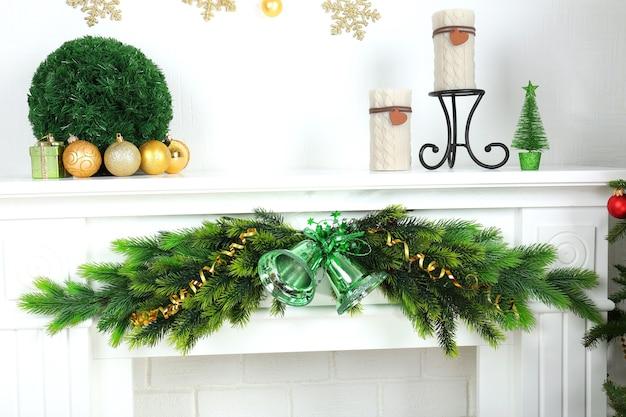 Camino con bellissime decorazioni natalizie in camera