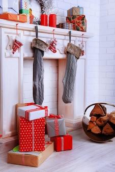 Camino con decorazioni natalizie sulla superficie del muro di mattoni