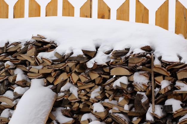 Legna da ardere per il bagno vicino alla recinzione in inverno. legna da ardere di betulla.