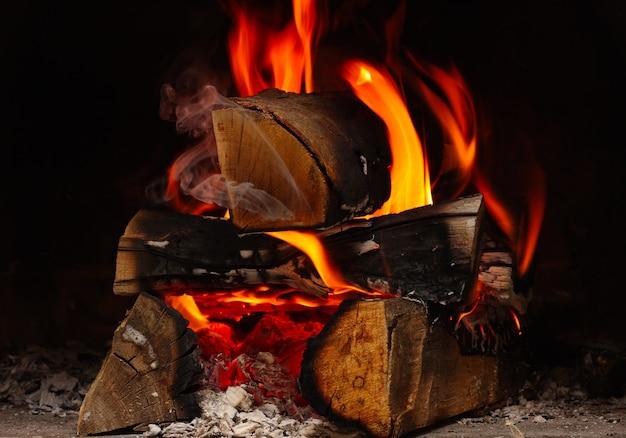 Legna da ardere che brucia al camino da vicino