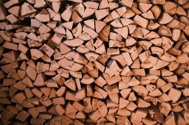 La legna nel capannone è ammucchiata, una scorta per l'inverno. foto di alta qualità
