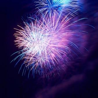 Fuochi d'artificio sul cielo nero