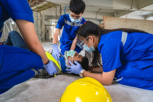 Pronto soccorso per lesioni alla testa e considerato per tutti gli incidenti traumatici del lavoratore nel lavoro. formazione di primo soccorso per trasferire il paziente, perdita di sensibilità o perdita di movimento normale.
