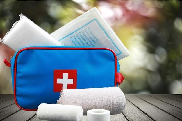 Kit di pronto soccorso e bende sullo sfondo