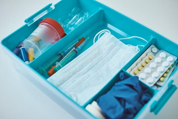 Kit di pronto soccorso da vicino. scatola della medicina domestica con oggetti medici. concetto di sanità e medicina.