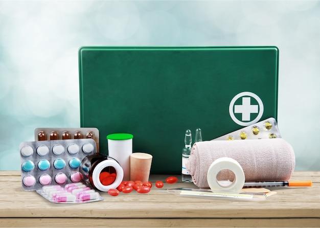 Kit di pronto soccorso con forniture mediche su sfondo chiaro