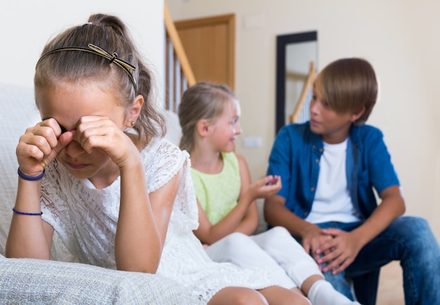 Prima amorousness: ragazza e una coppia di bambini a parte