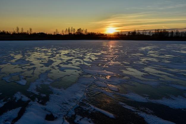 Il primo ghiaccio al sole al tramonto