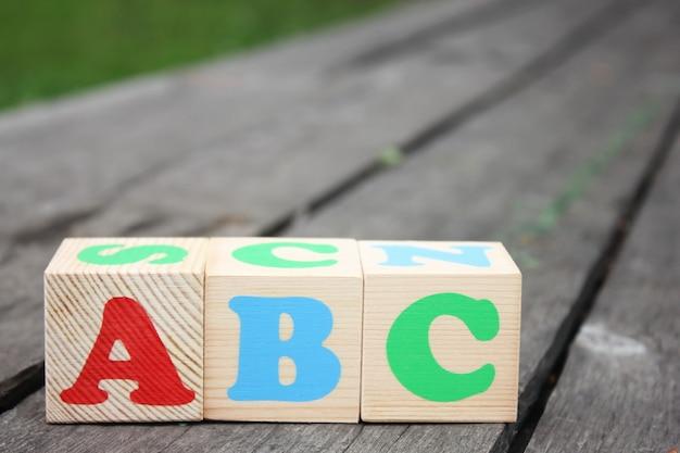 Le prime lettere dell'alfabeto inglese su blocchi di legno giocattolo
