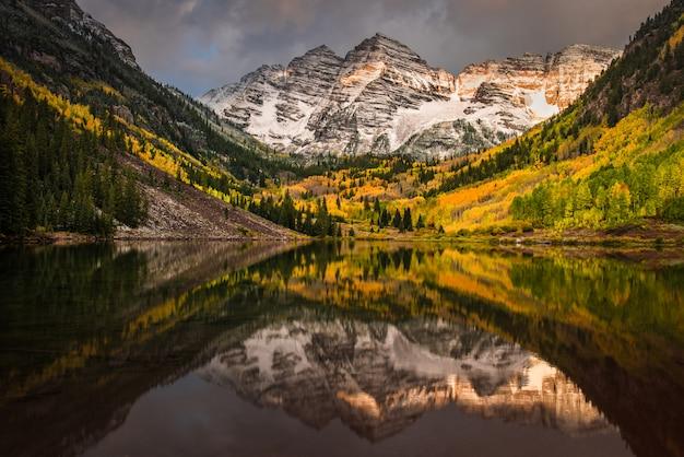 La prima luce del mattino tocca la montagna del rockie alla campana marrone rossiccio