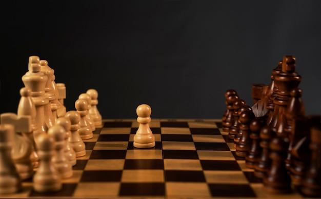 Primo passo del pedone bianco sulla scacchiera degli scacchi. inizia il concetto.