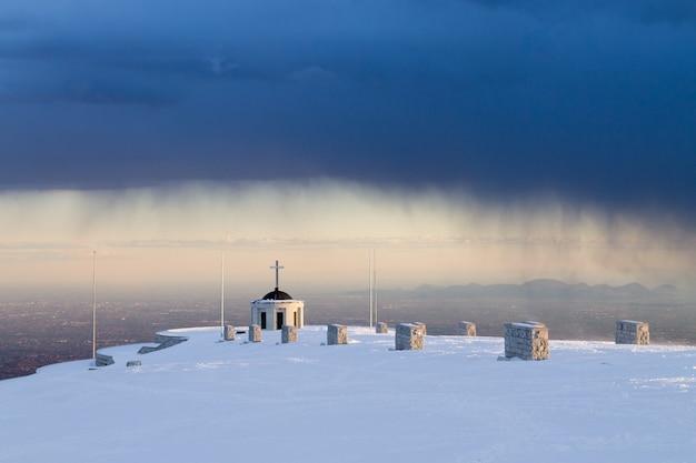 Memoriale della prima guerra mondiale durante la tempesta, punto di riferimento dell'italia. monte grappa,alpi italiane