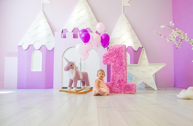 Il primo anno del bambino è una sessione fotografica. messa a fuoco selettiva.