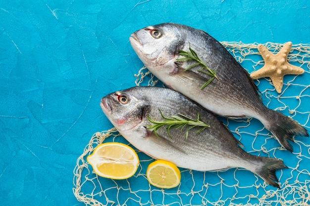 Disposizione di pesce con vista dall'alto di limone