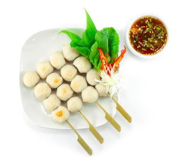 Polpette di pesce alla griglia in spiedini servite con salsa piccante per decorare le verdure vista dall'alto