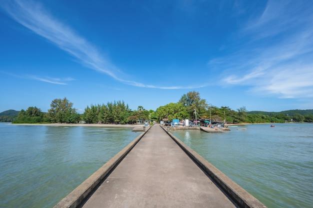 Fish bridge con orizzonte infinito a chanthaburi thailand.