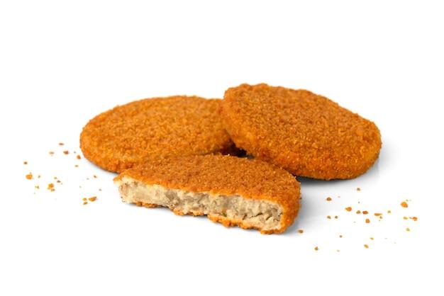 Hamburger di pesce con briciole isolati su sfondo bianco.