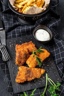 Fish and chips, patatine fritte e filetto di merluzzo fritto nel pangrattato