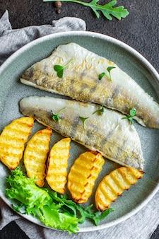 Pesce e patatine fritte snack di patate pesce persico pesce fresco pasto copia spazio cibo rustico . sfondo
