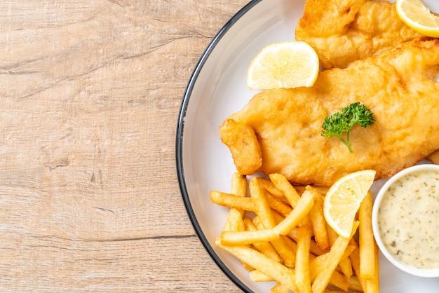 Fish and chips con patatine fritte - cibo malsano Foto Premium