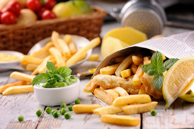 Chips di pesce in tavola di legno