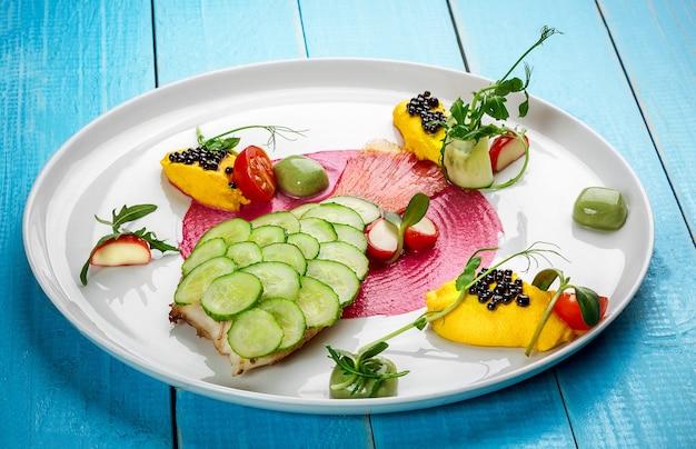 Filetto di pesce fritto al piatto di pesce e verdure