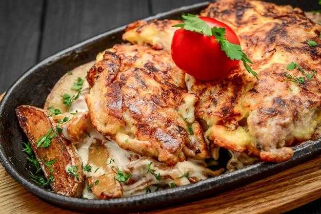 Piatto di pesce - filetto di pesce fritto con patate e verdure fritte