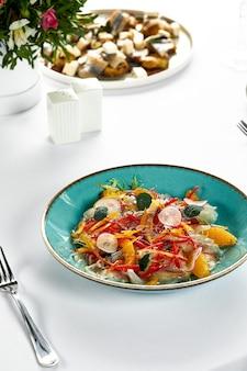 Ceviche di filetto di pesce, pesce fresco marinato in succo di agrumi con verdure fresche e fettine di arancia, branzino marinato.