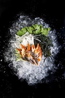 Filetto di pesce tagliato su ghiaccio su fondo nero