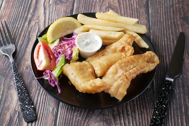 Filetto di pesce chips di limone e purè di patate sul tavolo