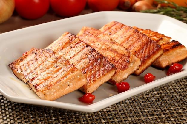 Pesce alla griglia con verdure nel piatto.