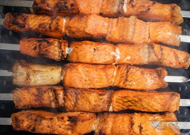 Spiedini di pesce alla griglia in inverno