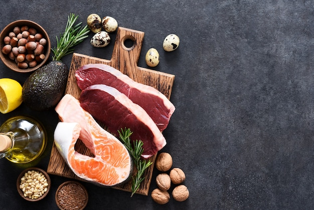 Pesce, carne e verdure su uno sfondo concreto. alimenti con contenuto di vitamina b. dieta bilanciata. la dieta cheto.