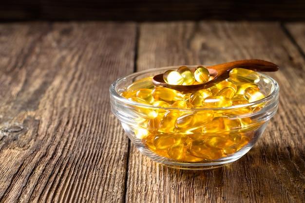 Capsule dell'olio di pesce in primo piano della ciotola
