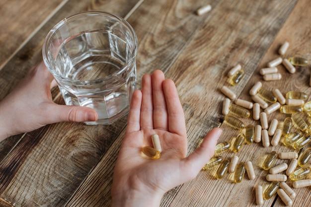 Capsule di olio di pesce nelle mani di un bambino
