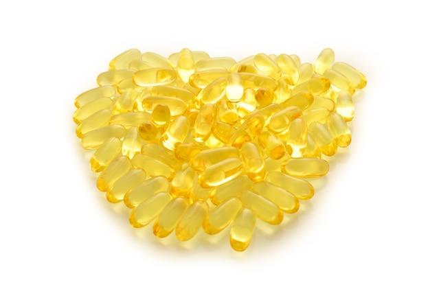 Pillole di olio di pesce isolate su superficie bianca