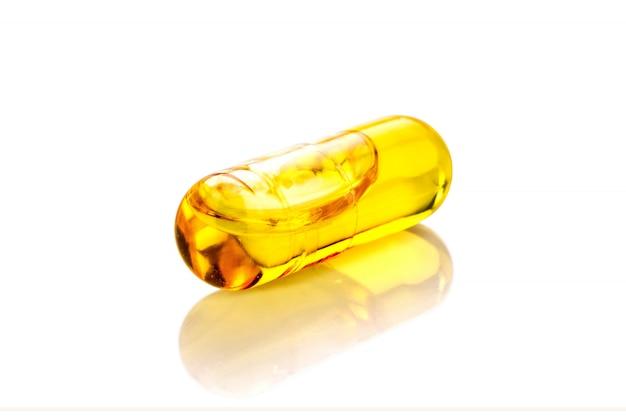 Capsule del supplemento dell'olio di pesce isolate su fondo bianco