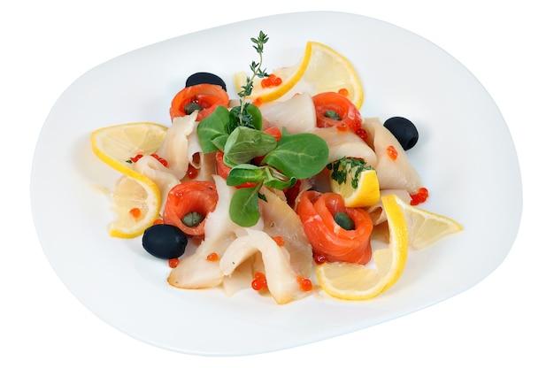 Piatto di pesce, assortiti di pezzi sottili di vari pesci marini, decorato con limone, lattuga e rosmarino, isolato su sfondo bianco.