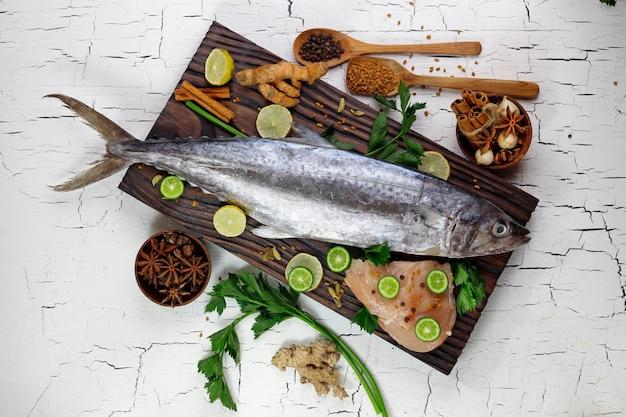 Ingredienti di pesce crudo e spezie