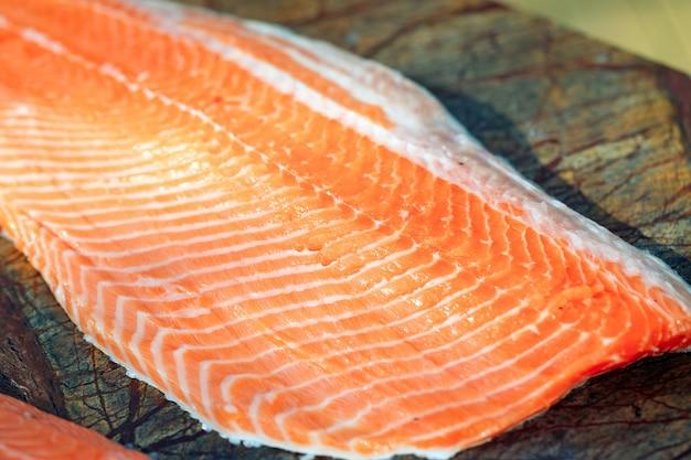 Alto vicino del salmone del pesce.